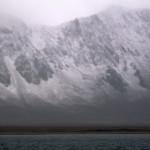 Fjell, tåke og fjord.