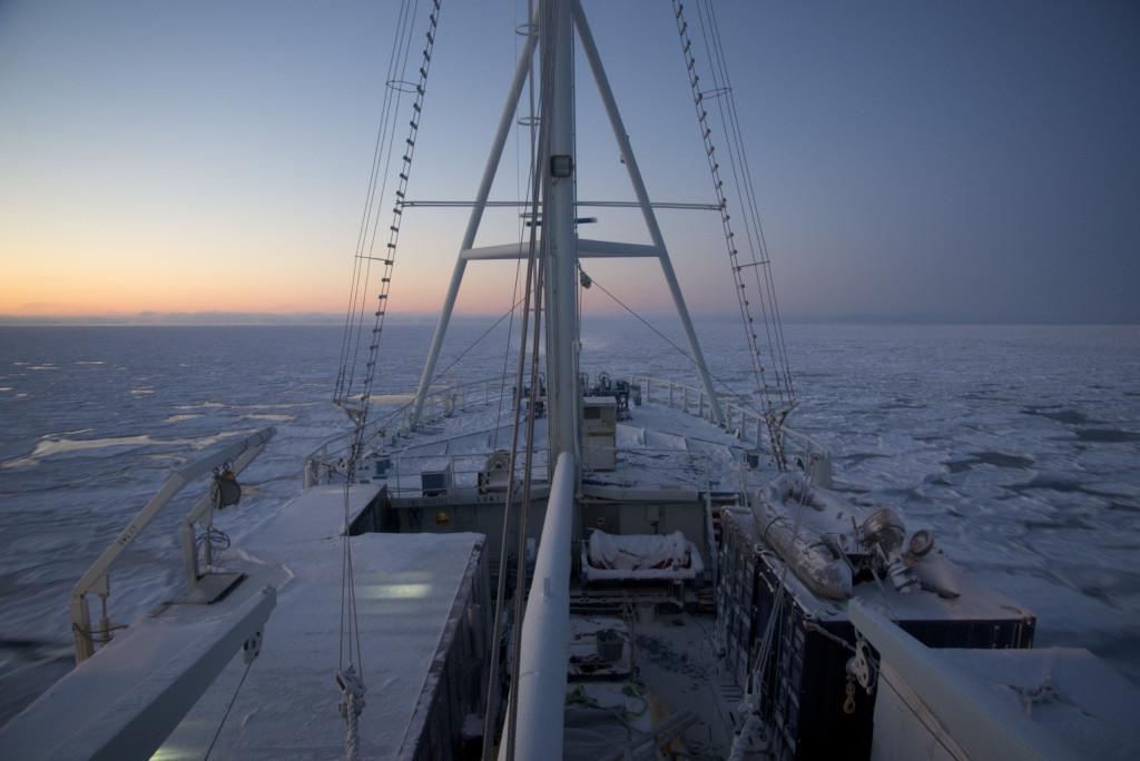 RV Lance i isen. Frå testtoktet i fjor vinter. Så lyst som dette er det ikkje der no.